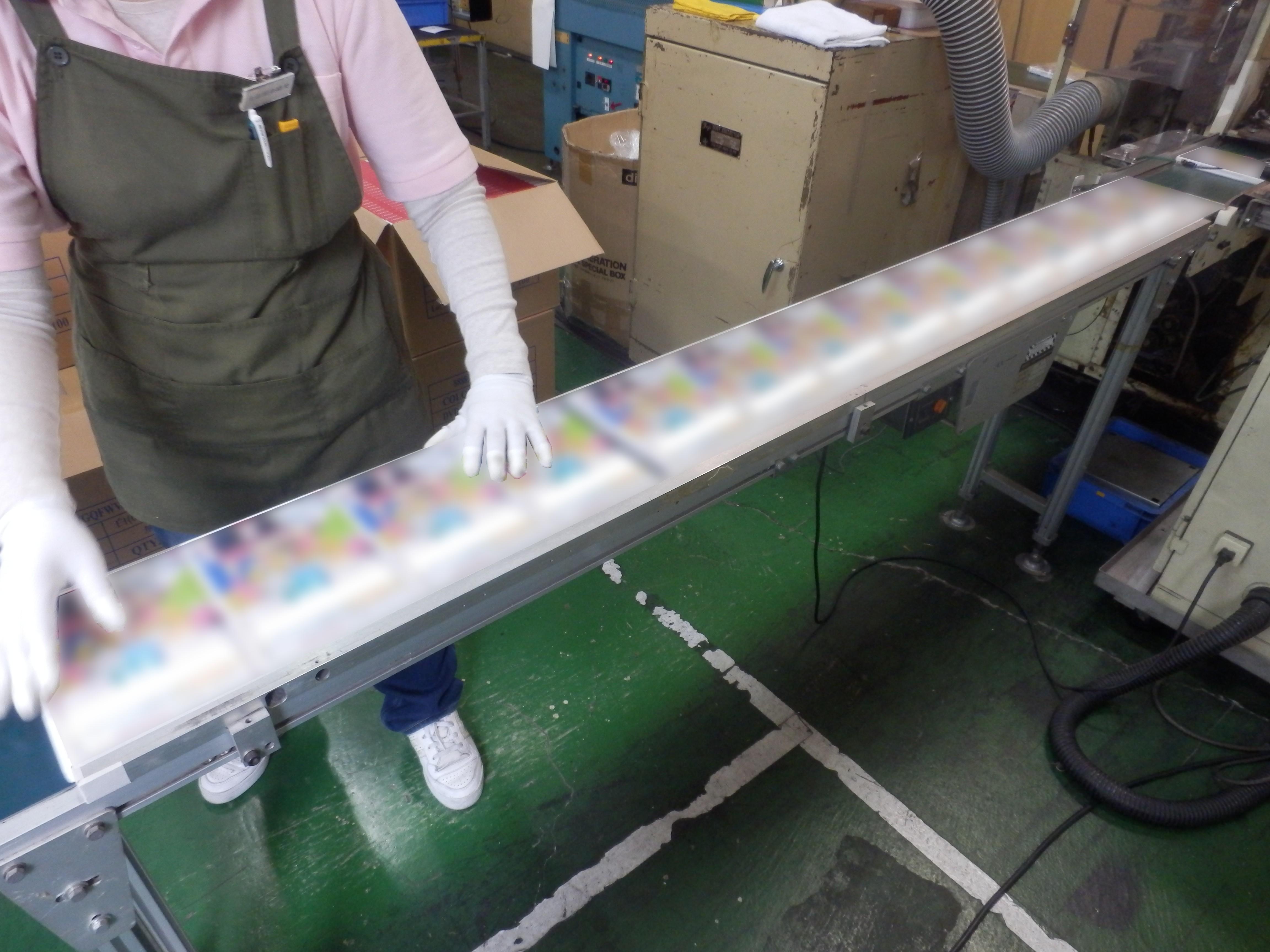 シュリンク包装の流れ①_被包装物をラインにセット