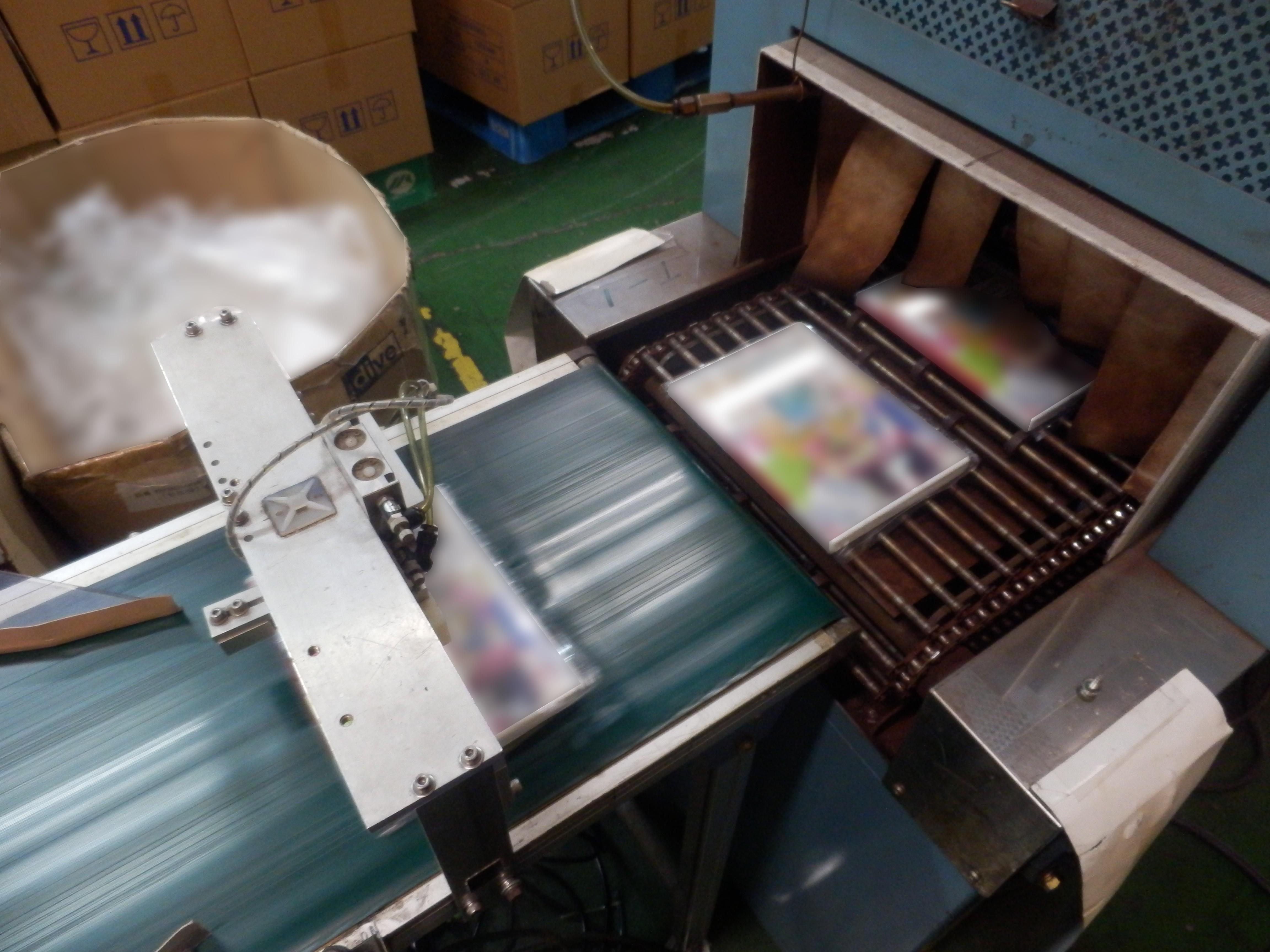 自動シュリンク包装機によるシュリンク包装の様子