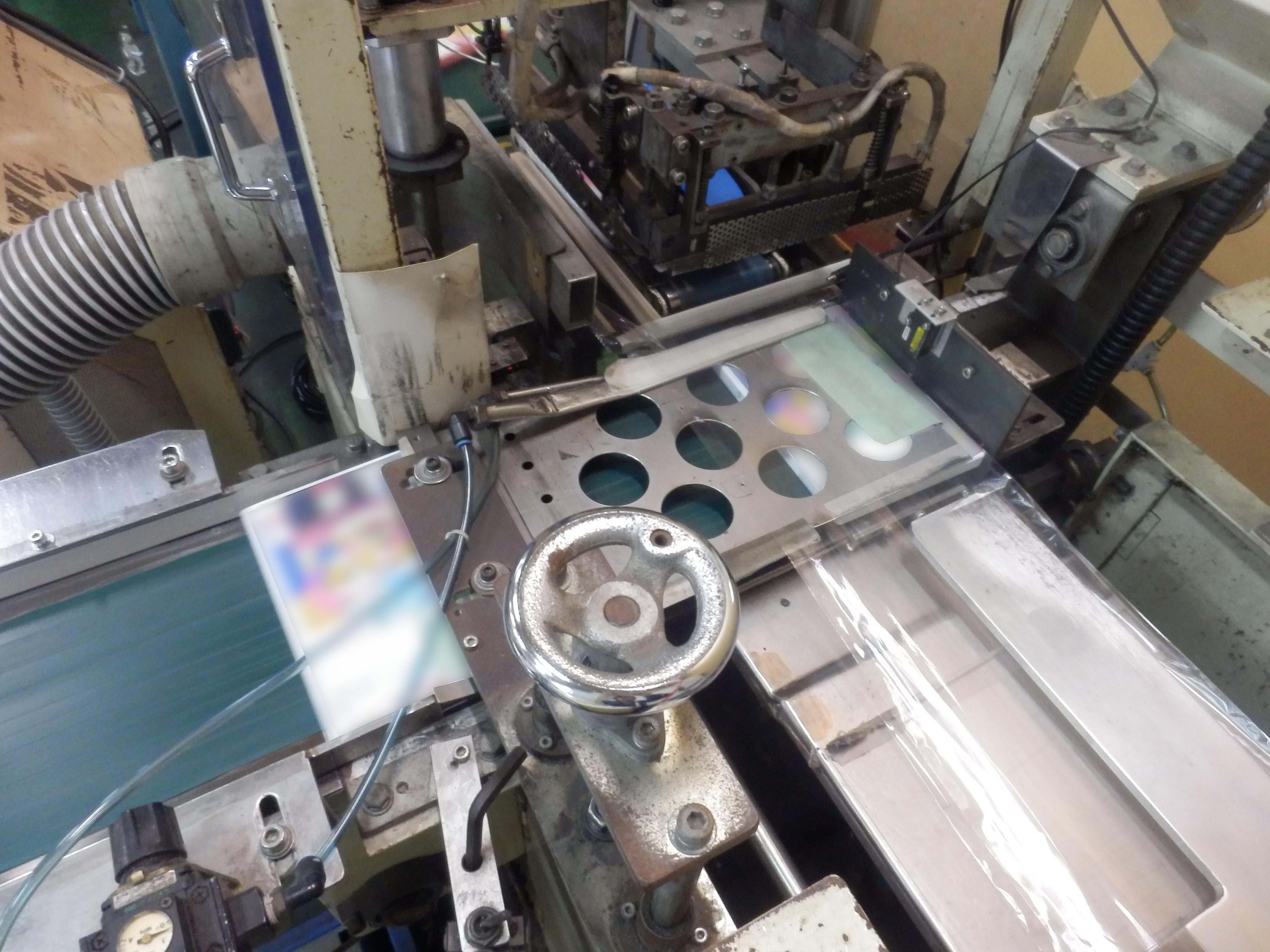 シュリンク包装の流れ②_フィルムにケースを差し込み熱裁断