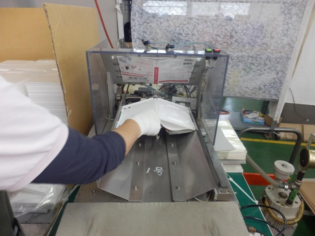 シュリンク包装前の作業_トールケースのジャケット自動挿入