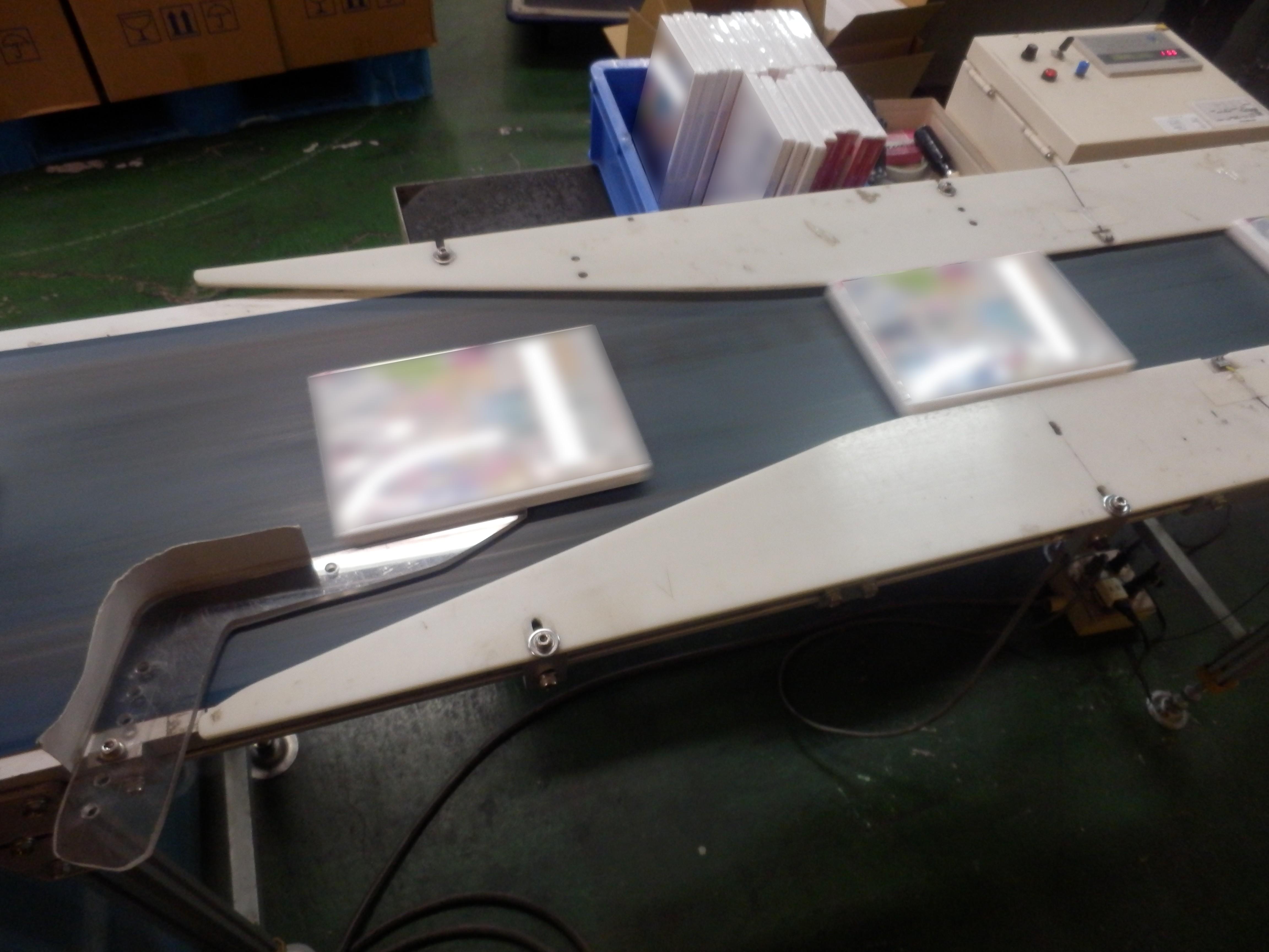 シュリンク包装の流れ⑥_シュリンク包装済の製品の重さを測定