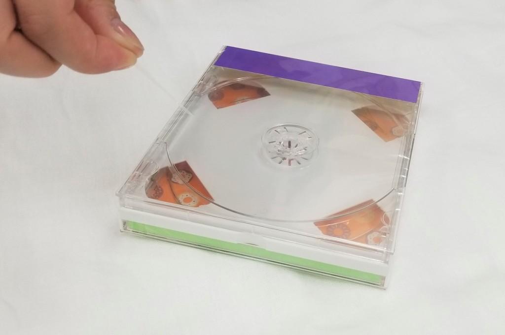 ティアテープを引っ張り開封しているところ