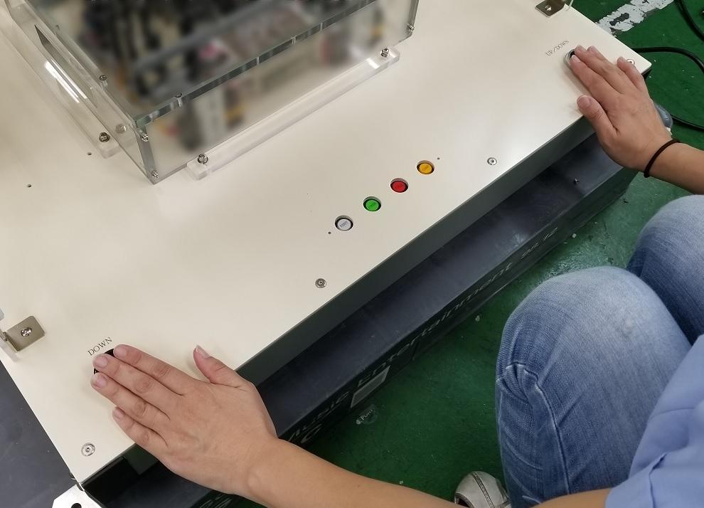 両手によるボタン操作